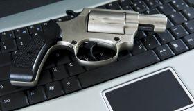 Pistole auf dem Laptop, Computerkriminalität