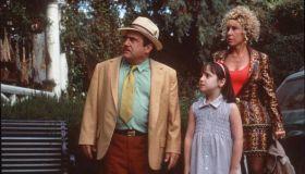 1996 DANNY DEVITO AND RHEA PERLMAN STARS IN THE MOVIE MATILDA